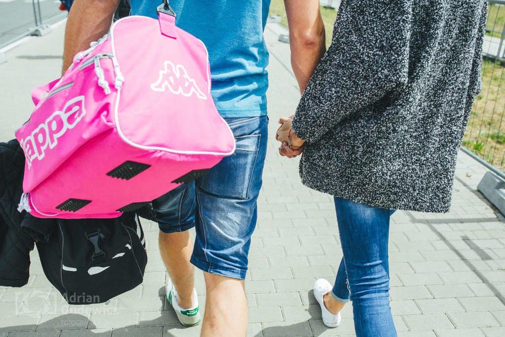 Nowożeńcy idą na lotnisko